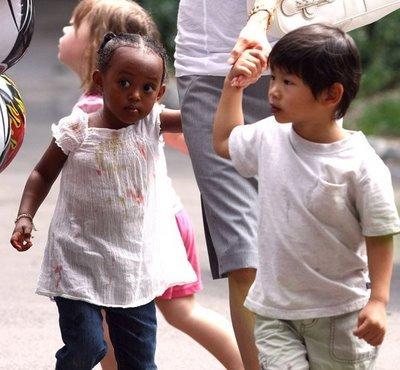 Olha só que querido a duplinha étnica Jolie Pitt apostando no básico.