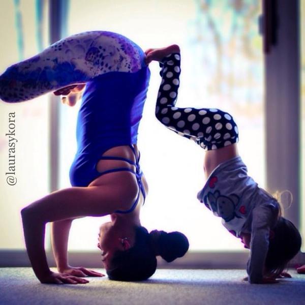Mãe e filha em poses de yoga