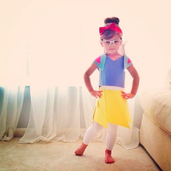 Vestido de papel de Angie e sua filha Mayhem com inspiração na Branca de Neve
