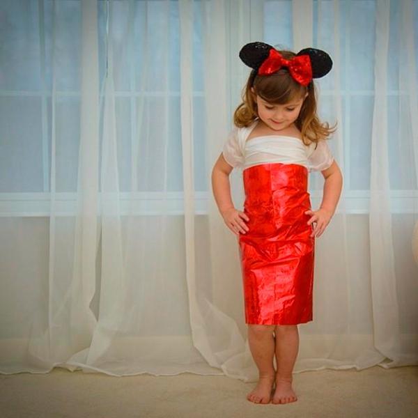 Vestido de papel feito por Angie e sua filha Mayhem com inspiração na Minnie