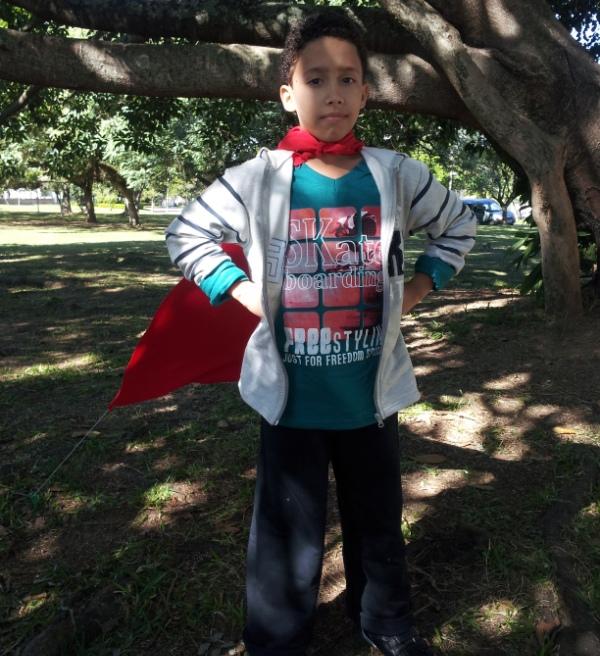 Pedro, filho de Valdineia, posando de super-herói