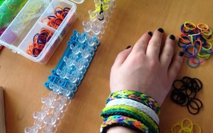 Onde comprar as pulseiras de elástico Rainbow Loom no Brasil