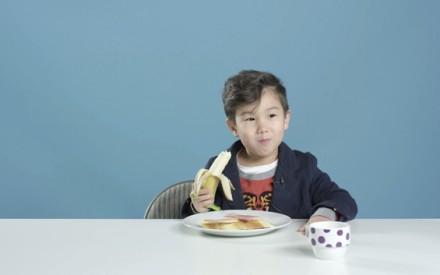 Crianças experimentam o café da manhã de outros países