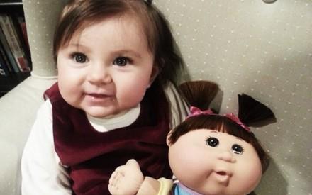 Crianças parecidas com bonecas