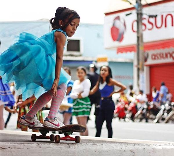 A menina skatista que tomou conta da internet usando roupa de fada
