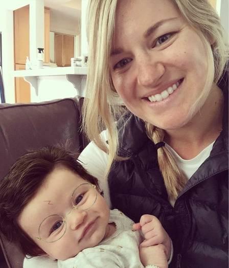 Bebê de dois meses encanta a internet com sua cabeleira
