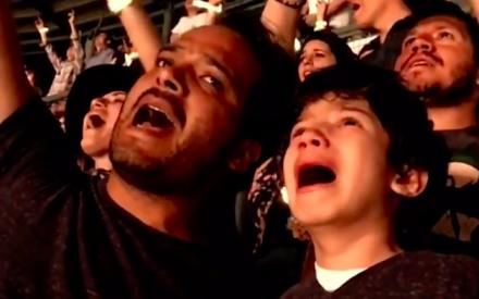 Emocionante: pai filma filhoautista ouvindo sua canção favorita emshow do Coldplay