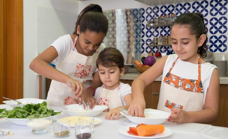 Mini chefs em ação: aprenda a preparar um delicioso pastel de forno com os pequenos