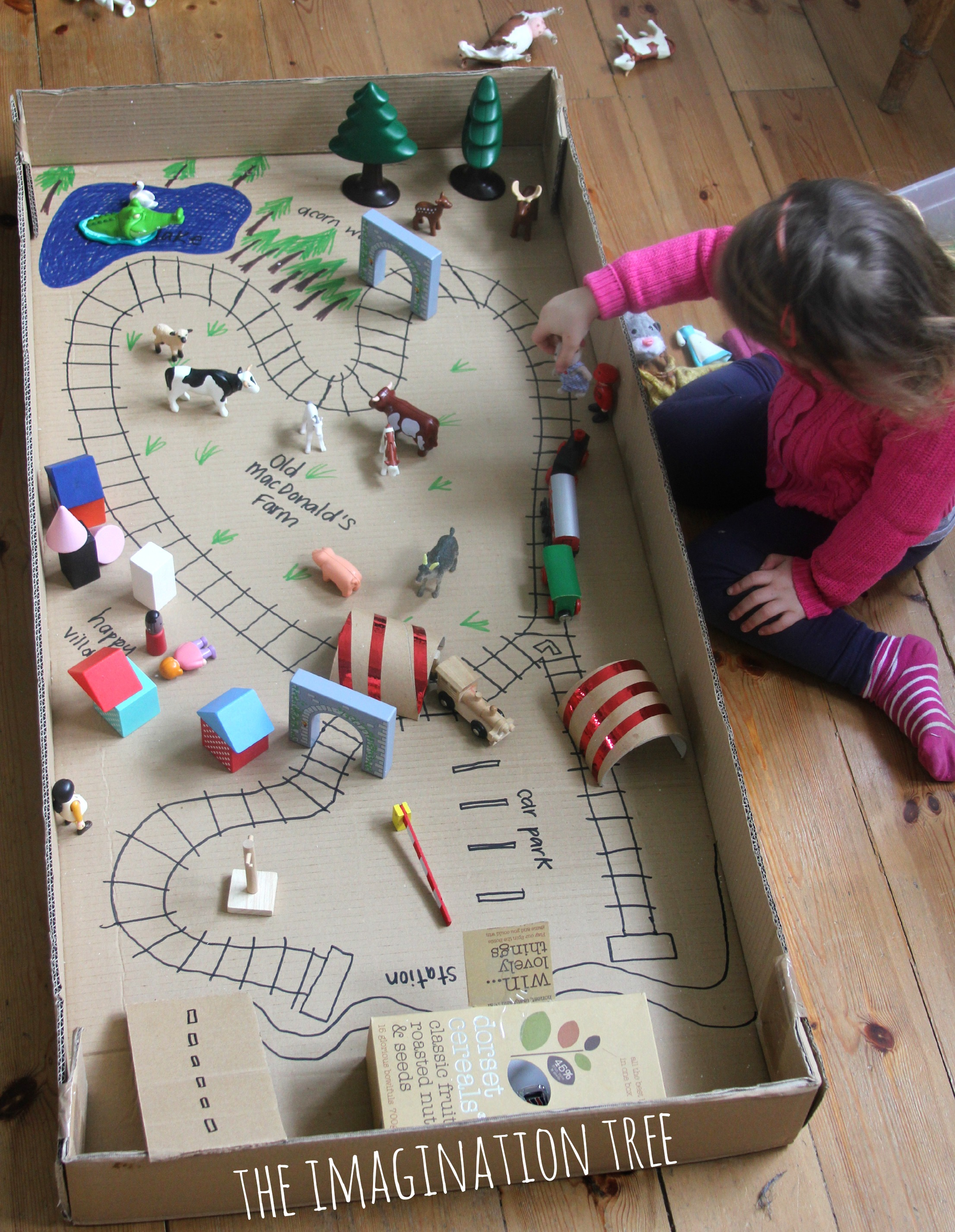 Pensando fora da caixa: 10 ideias de brinquedos para fazer com papelão
