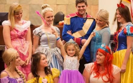 Personagens da Disney fazem visita inesperada em audiência de adoção de garotinha de 5 anos