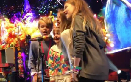 Vídeo: Chris Martin canta junto com seus filhos em show do Coldplay
