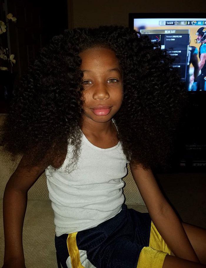 Amor na peruca: menino de 8 anos deixa cabelo crescer para ajudar crianças com câncer