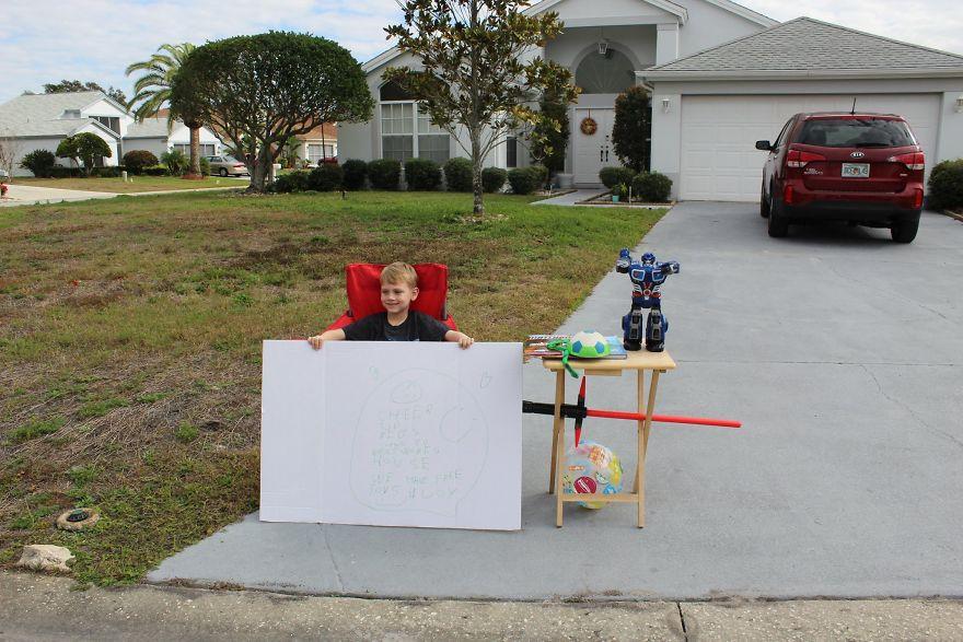Ao invés de vender limonada, menino cria banquinha para doar brinquedos
