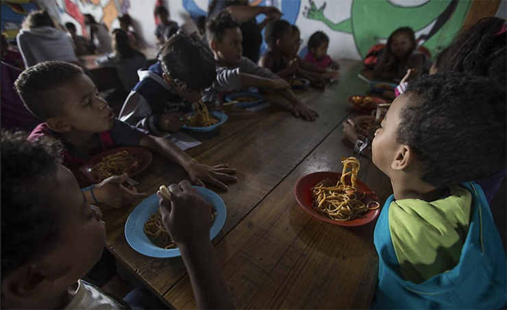 Corrente do Amor: aposentada doméstica alimenta 230 crianças todos os dias em uma favela de SP.