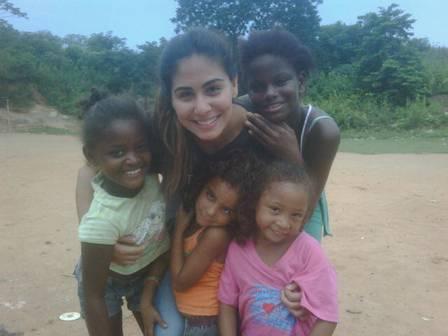 Corrente do Amor: modelo ajuda crianças carentes do lixão de Gramacho
