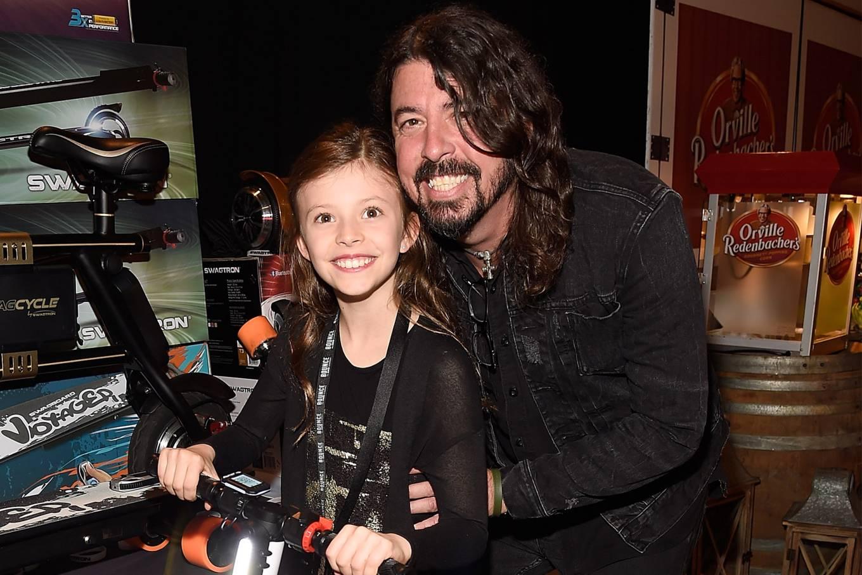 Filha de 8 anos do músico Dave Grohl toca bateria em show de Foo Fighters