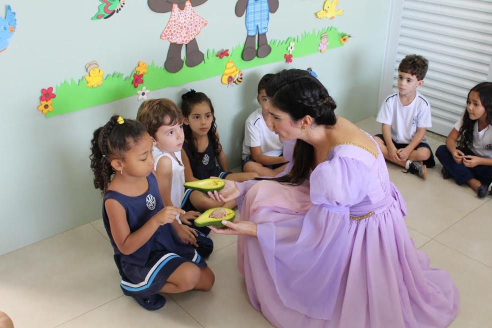 Corrente do Amor: nutricionista se fantasia de personagens infantis para ensinar crianças sobre alimentação