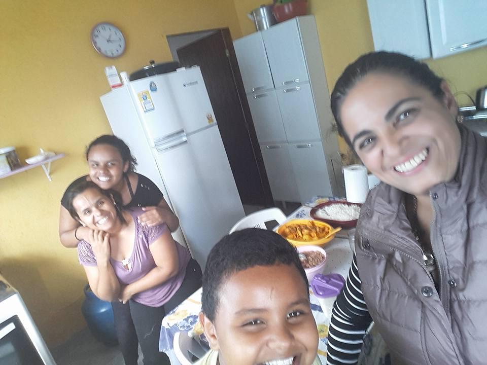 Corrente do amor: professora vai na casa dos alunos para conhecê-los melhor e poder ajudá-los