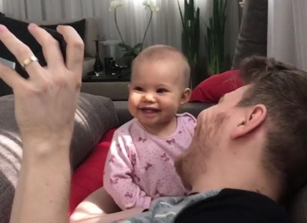 Filha de Michel Teló tem reação incrível ao ouvir música nova de papai