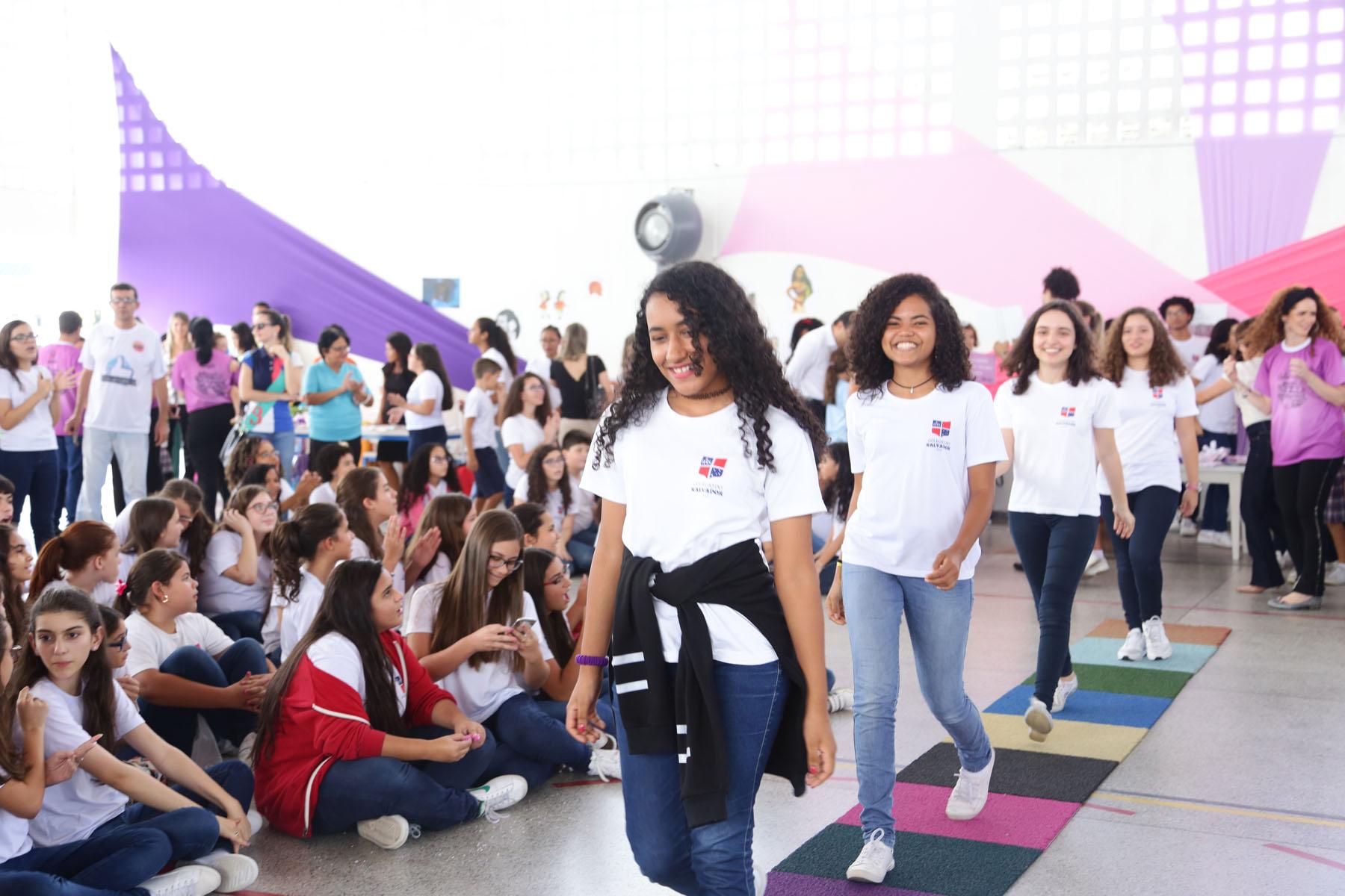 Corrente do Amor: colégio realiza evento para que as crianças amem seus cabelos cacheados