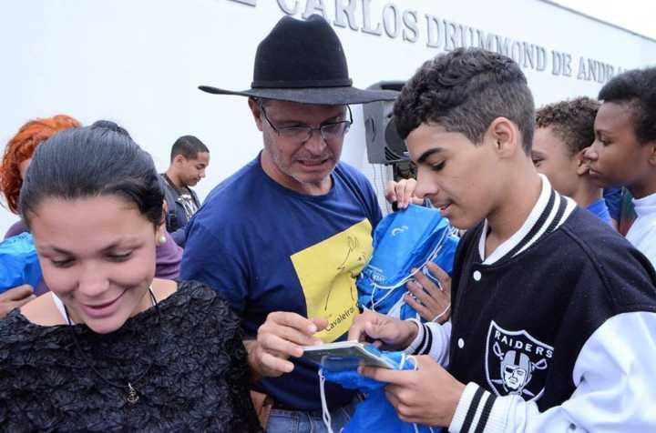 Corrente do Amor: cavaleiros da Cultura distribuem livros para crianças da Zona da Mata