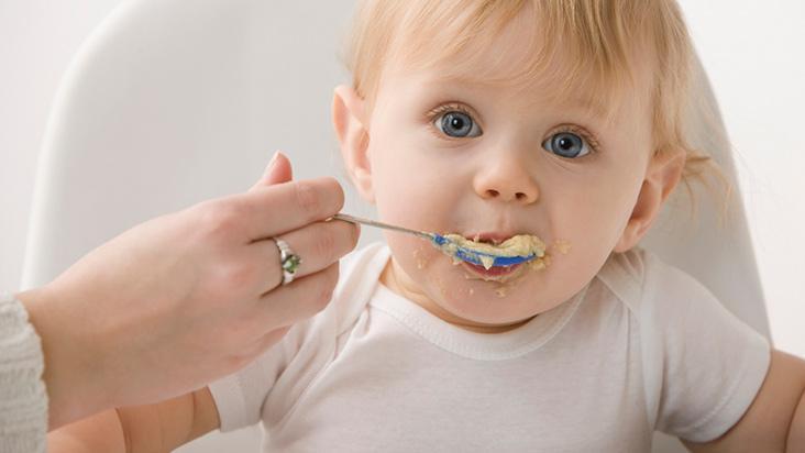 Aprenda como preparar uma papinha saudável para o seu bebê