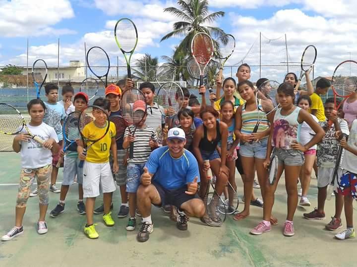 Corrente do Amor: professor põe casa à venda para continuar dando aulas de tênis para crianças carentes