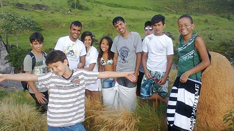 Corrente do Amor: jovem solteiro adota 8 filhos