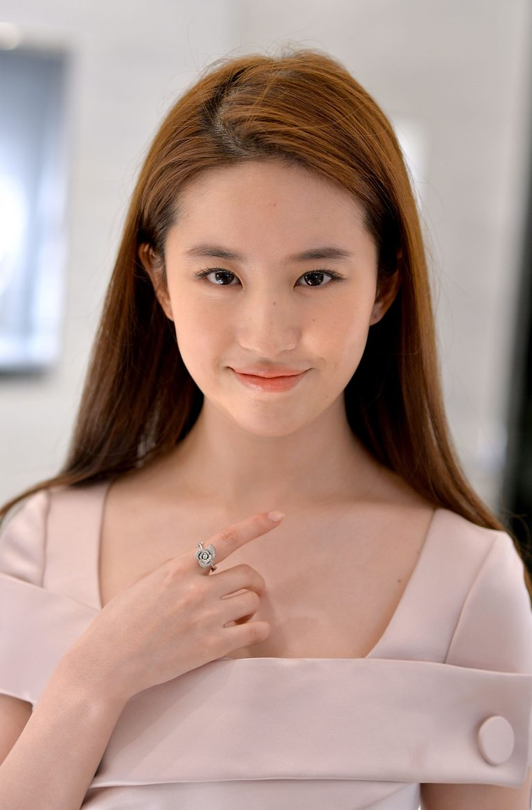 Conheça a atriz escolhida para interpretar o filme live-action de Mulan