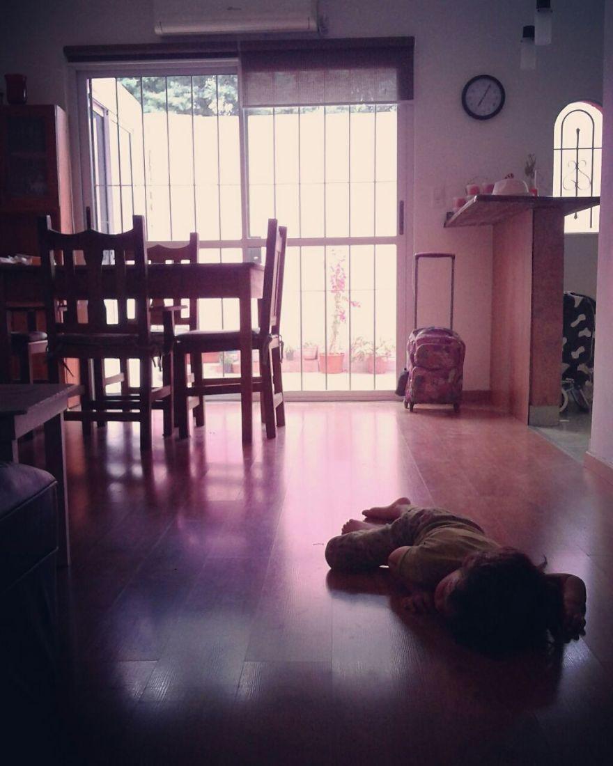 A arte de dormir no chão: mãe registra fotos muito divertidas do sono de seu filho