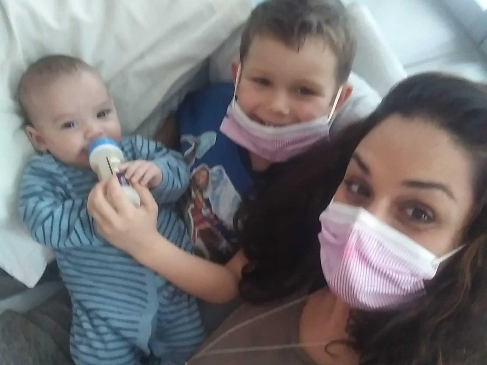 Corrente do Amor: menino de 4 anos doa medula óssea para irmãos gêmeos bebês