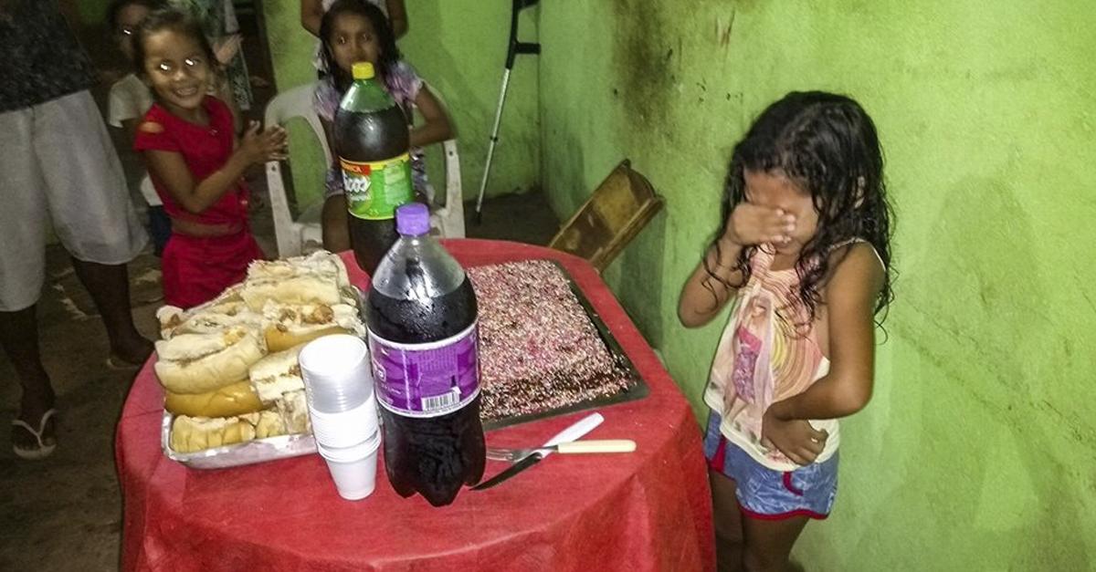 Corrente do Amor: menina de 7 anos se emociona ao ganhar bolo de aniversário