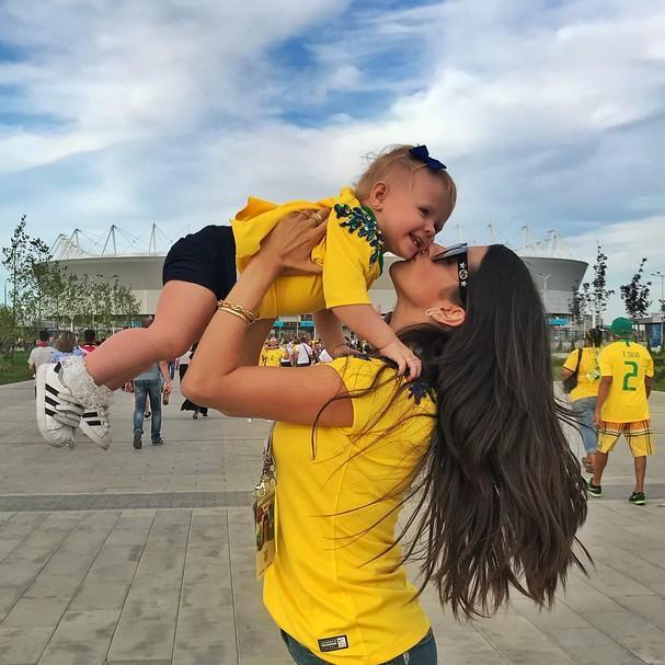 Filha do goleiro Alisson esbanja fofura torcendo pelo papai
