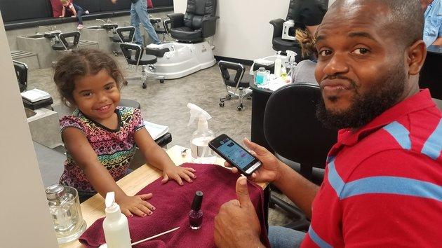 Pai cria curso para ensinar homens a pintarem as unhas das filhas