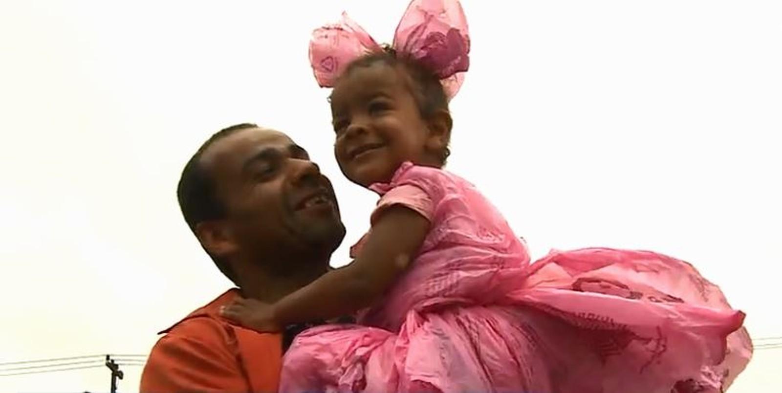 Sem dinheiro, pai faz fantasia para filha com sacolas de mercado