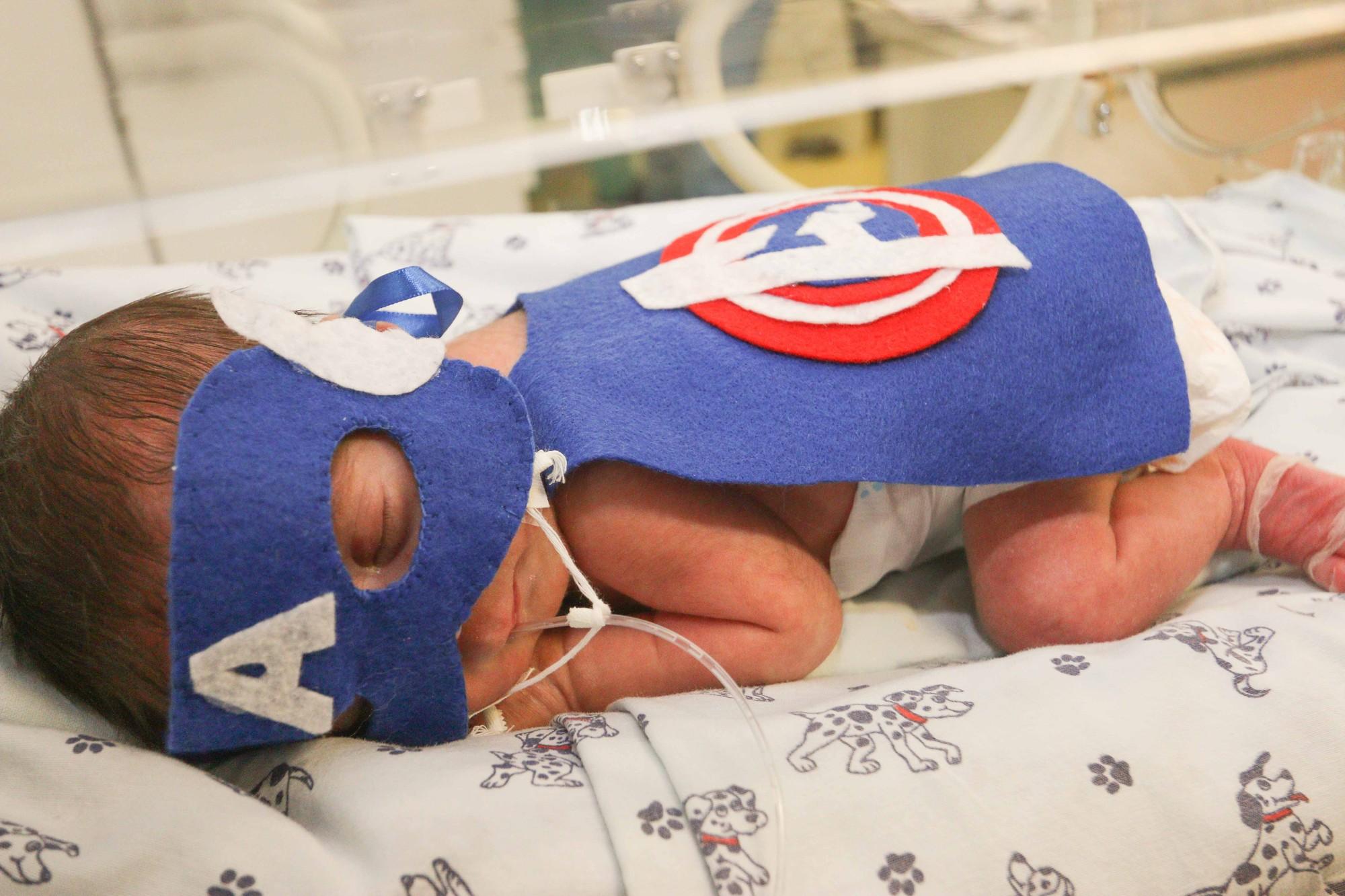 Crianças prematuras ganham ensaio vestidas de super-heróis