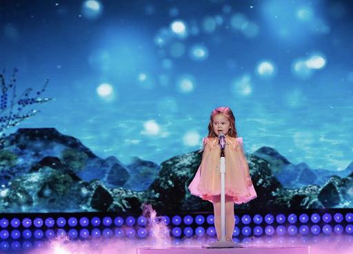 Claire, a garotinha que encantou a internet, canta na Disney