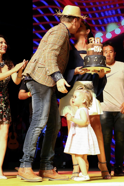Esposa e filhos de Michel Teló invadem palco no seu aniversário