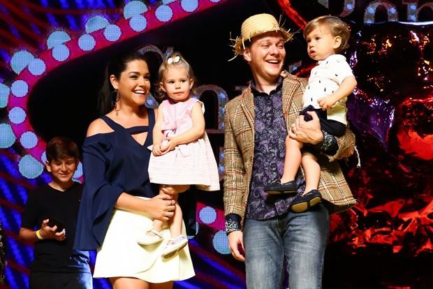 Filhos de Michel Teló invadem palco no seu aniversário