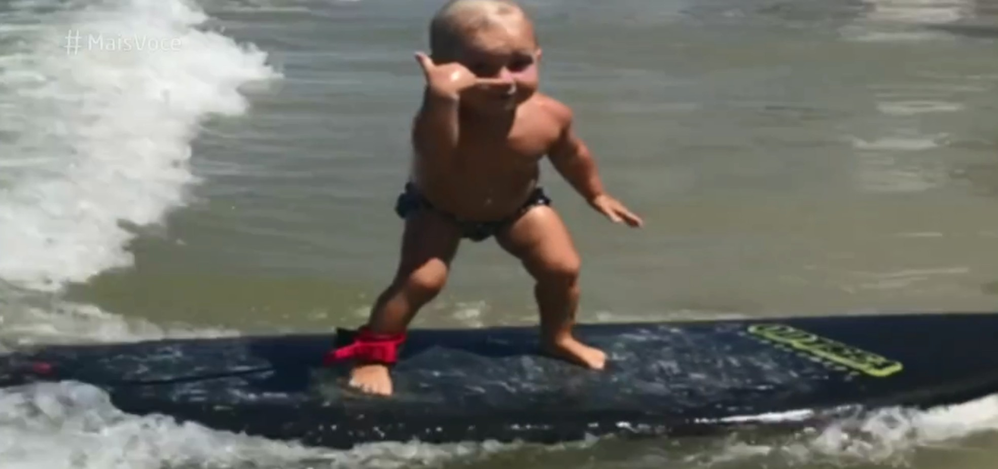 Bebê surfista encanta com talento e fofura