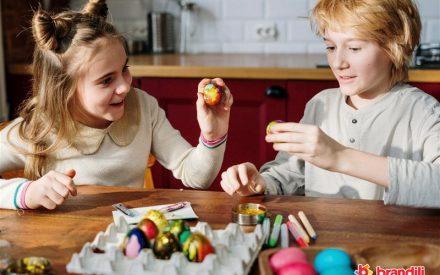 crianças brincando de pintar ovos