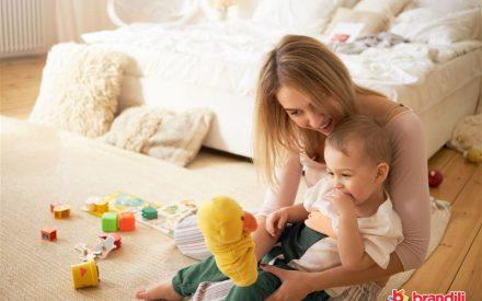 mãe e filho brincando de fantoche