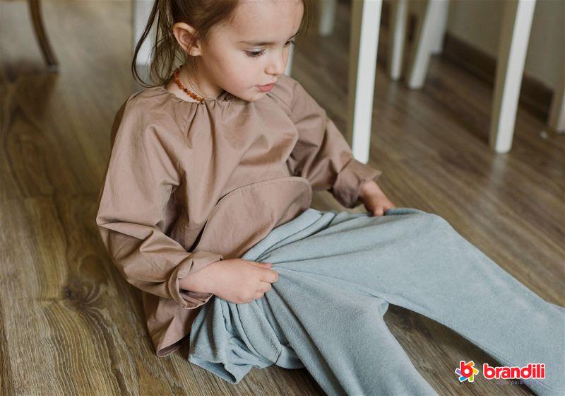 criança se vestindo