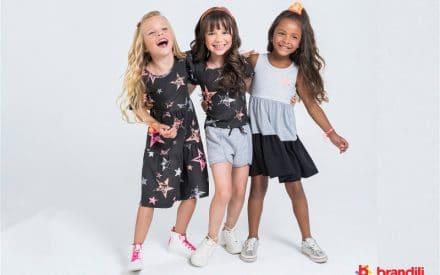 crianças sorrindo para foto