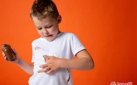 criança sujando a roupa