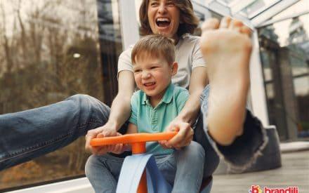 mãe e filho dirigindo carrinho