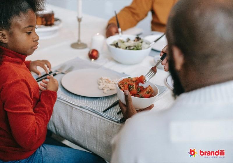 pai oferecendo comida para filha