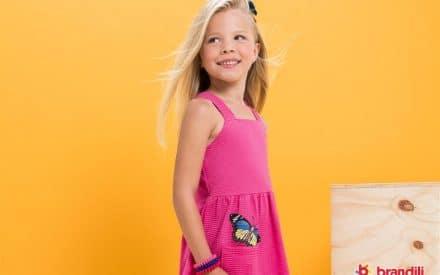menina com vestido rosa